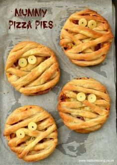 Puff Pastry Pizza Pies Mummy Puff Pastry Pizza Pies - fun Halloween food for kids from Eats Amazing UK - great for party food!Mummy Puff Pastry Pizza Pies - fun Halloween food for kids from Eats Amazing UK - great for party food! Halloween Party Snacks, Entree Halloween, Hallowen Food, Halloween Baking, Halloween Appetizers, Snacks Für Party, Halloween Lunch Ideas, Halloween Pizza, Halloween Cupcakes