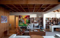 Para os ambientes ficarem bem acolhedores, a arquiteta Fabiana Avanzi caprichou nos revestimentos de madeira. Toda a área social, do living à cozinha gourmet, recebeu forro de pínus tingido em forma de colmeia