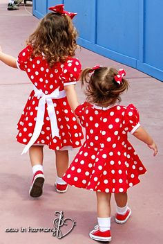 Minnie Mouse Dresses at sew in harmony. No tutorial but gives a general idea. Disney Nerd, Disney Diy, Little Girl Dresses, Girls Dresses, Mouse Costume, Disney Birthday, Dress Tutorials, Mickey Minnie Mouse, Disney Outfits