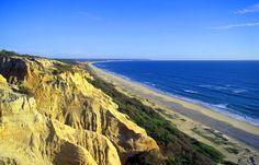 Einige der schönsten und spektakulärsten Küstenabschnitte Portugals finden sich entlang der Halbinsel Tróia. Alentejo, Portugal