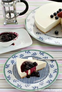 How to make a scrumptious Chilled Yogurt Cake with Blueberry Compote. Healthy Desserts, Just Desserts, Delicious Desserts, Yummy Food, Sweet Recipes, Cake Recipes, Dessert Recipes, Yummy Recipes, Blueberry Compote