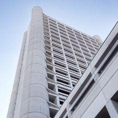 @pettister Oggi #twiperbole vi porta al Fiera District: progettate nel 1972, le torri di Kenzo Tange sono ancora attuali!