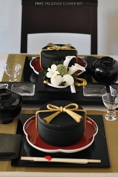 Simple and rich colors via FNYC Japanese Table, Japanese Party, Japanese New Year, Japanese Dishes, Asian Party, Sushi Party, Table Setting Inspiration, Festa Party, New Years Decorations