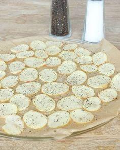 Lägg ut potatisarna på bakplåtspappret (de får inte överlappa varandra). Strö över salt och grovmalen peppar. Camembert Cheese, Dairy, Chips, Food And Drink, Kitchen, Salt, Cooking, Potato Chip, Kitchens
