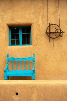 Santa Fe luxury vacation rental homes near the plaza, canyon road, and Santa Fe's best attractions. Have the time of your life with AQUI Santa Fe! New Mexico Style, Santa Fe Nm, Santa Fe Decor, Santa Fe Style, Adobe House, Canyon Road, Southwest Style, Spanish Style, Spanish Revival