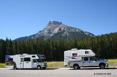 """A """"Estrada Mais Bonita do Mundo"""" liga os parque nacionais de Banff e Jasper. Ela tem apenas 290 km e fica em Alberta, no sudoeste do Canadá. Nós conhecemos esta estrada de motorhome, mas também é possível percorre-la de carro, de moto e até de bicicleta! Algumas pessoas apenas vão direto para algum um ponto específico dela como o Lake Louise. Pode parecer estranho achar uma estrada TÃO linda, mas a ela é realmente de tirar o fôlego. As montanhas, com seus picos nevados revelam cenas…"""
