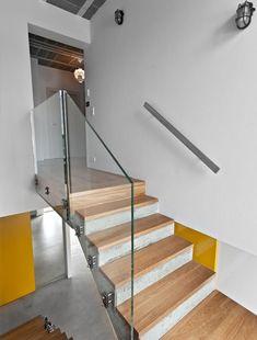 Escada com guarda-corpo de vidro. Fotografia: Marcin Ratajczak.