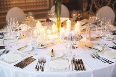 Wunderbar! So ein mit weißer Tischwäsche gedeckter Tisch wird wirkungsvoll inszeniert mit Kerzen.