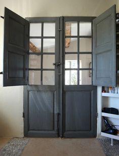 Porte ancienne avec volets intérieurs Porte extérieure ancienne mise en valeur dans une salle de bains moderne. Nos réalisations . Portes Antiques - fabricant restauration et création