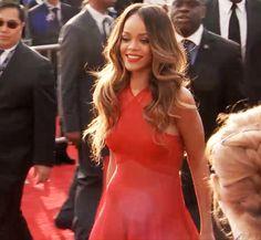 Rihanna en su llegada a la alfombra roja de los Grammys