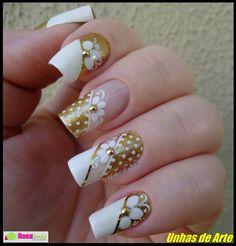 uñas oro y blanco flor