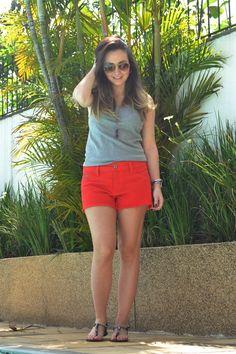 Look de final de semana com short jeans vermelho. Look Forum e rasteira Arezzo
