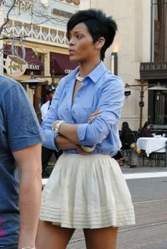 Rihanna so dope skirt and the whole outfit is dope Estilo Rihanna, Looks Rihanna, Rihanna Style, Rihanna Short Hair, Rihanna Fashion, Short Hair Cuts, Short Hair Styles, Summer Outfits, Cute Outfits