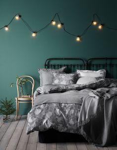 Une guirlande lumineuse fixée sur un mur coloré