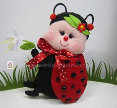♥♥♥ A Joaninha. Felt Crafts, Diy Crafts, Baby Ladybug, Class Decoration, Soft Dolls, Felt Toys, Felt Art, Felt Animals, Felt Flowers