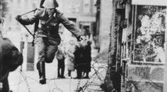 Muro di Berlino Un soldato salta nei pressi del check-point Charlie (Credits: Peter Leibing)