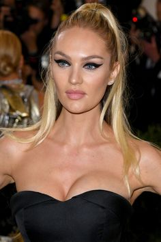 Red Carpet Makeup Look Picture Description Candice Swanepoel stuns with glowing skin and bold winged eyeliner makeup at the 2017 MET Eyeliner Make-up, Eyeshadow Makeup, Hair Makeup, Younique Eyeshadow, Golden Eyeshadow, Yellow Eyeshadow, Makeup Stuff, Makeup Dupes, Glitter Eyeshadow
