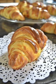 Presentation of the house pure butter croissant recipe easy - Kaderick in Kuizinn © 2012 Cooking Bread, Cooking Chef, Cooking Recipes, Butter Croissant, Croissant Recipe, Bread And Pastries, French Pastries, Homemade Dinner Rolls, French Bakery