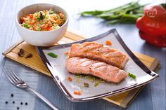 Il salmone alla griglia con insalata di cous cous è un piatto unico gustoso, con filetti di salmone norvegese e cous cous alle verdure