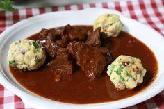 Níže najdete pohromadě recepty na lahůdky, které šéf Zdeněk Pohlreich připravoval z kančího masa. Vyzkoušejte je. Chutnají dokonale. Goulash, Ham, Beef, Recipes, Red Peppers, Rezepte, Hams, Ox