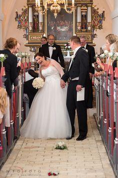 Lidt sjov efter vielsen / Fun after the ceremony #Bryllup #Wedding #Bryllupsfotograf #Intofoto #Bryllupsfoto #Bryllupsfotografering #Hillerød #Nordsjælland #Vielse #Brudepar