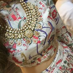 We can't decide wish we like more the outfit or the #necklace! Which one of your favorite? #floral #kundan #lehenga #indian #beautiful