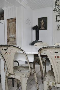 Classic Chairs for Today Tolix chairs - see the other classic chairs updated for today! Tolix chairs - see the other classic chairs updated for today! Industrial Chair, Industrial House, Industrial Style, Style At Home, Comedor Shabby Chic, Metal Chairs, Leather Chairs, Home Accessories, Sweet Home