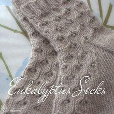 Eukalyptus-sukkien ohje on ollut tosi tykätty ja eipä ihme; pitsikuvion oppii helposti ulkoa ja lopputulos miellyttää silmää.Simple lace socks worked in thick