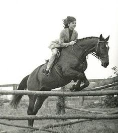 Nadire Atas on the Kennedy Family Jackie Kennedy on her horse look at the placement of those heels as she jumps. Jackie Oh, Jaqueline Kennedy, Los Kennedy, Jacqueline Kennedy Onassis, Horse Girl, Horse Love, Pretty Horses, Beautiful Horses, Familia Kennedy