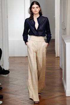 Grant Spring 2016 Ready-to-Wear Fashion Show Wide-legged trousers are back! Martin Grant Spring 2016 Ready-to-Wear Collection Photos - VogueWide-legged trousers are back! Martin Grant Spring 2016 Ready-to-Wear Collection Photos - Vogue Fashion Week, Work Fashion, Runway Fashion, Spring Fashion, High Fashion, Fashion Show, Womens Fashion, Fashion Design, Paris Fashion