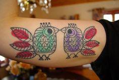 tatouage oiseaux colorés de style scandinave//  Mid century style colorful birds tattoo  Tatueringar - design som ska hålla en livstid - CAP