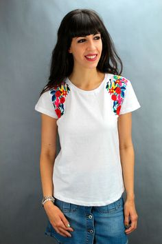 Camiseta 100% algodón. Bordados en los hombros. Manga corta. V Neck, Embroidery, Jeans, T Shirt, Women, Fashion, T Shirts, Needlepoint, Dressmaking
