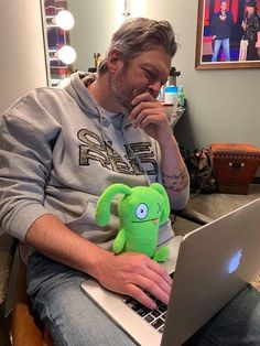 Here's Ox, the mayor of Uglyville in and the mayor of Ole Red working on last nights set list for - Team BS Country Music Bands, Country Music Stars, Country Singers, Gwen And Blake, Blake Shelton And Gwen, Black Shelton, Tyler Farr, Brantley Gilbert, Jason Aldean