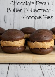 The BEST Chocolate Peanut Butter Buttercream Whoopie Pies! Bake up a dozen of these classic Chocolate Whoopie Pies with this easy homemade recipe. These pies are extra moist with DELICIOUS peanut butter buttercream filling - perfect for desserts and Peanut Butter Desserts, Homemade Peanut Butter, Homemade Recipe, Peanut Butter Whoopie Pie Recipe, Butter Pie, Whoopie Pie Filling, Butter Paneer, Butter Mochi, Gastronomia