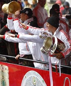 Bastian Schweinsteiger e Manuel Neuer -- Bayern de Munique 2013 - comemoração pela Tríplice coroa (DFB-Pokal, Bundesliga e UEFA Champions League).