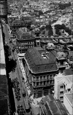 1935 - Vista aérea da Rua Líbero Badaró. Em destaque, dois dos três Palacetes Prates. Região do Vale do Anhangabaú.