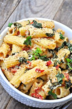 This vegan Tuscan Rigatoni is perfection! Garlicky spinach and sun dried tomatoe. This vegan Tuscan Rigatoni is perfection! Garlicky spinach and sun dried tomatoes cooked in white wine and mixed with cashew cream, tossed with rigatoni! Wallpaper Food, Baking Wallpaper, Clean Eating Snacks, Healthy Eating, Healthy Meals, Healthy Tacos, Dinner Healthy, Healthy Dishes, Cooking Tomatoes