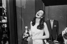 Una de las imágenes más conocidas de la serie 'Las mujeres son hermosas' (1975) del fotógrafo estadounidense Garry Winogrand.