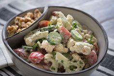Предельно простой и крайне полезный салат из «живых» ингредиентов, которому очень обрадуется ваш желудок. Пускай вас не пугают сырые соцветия цветной капусты!