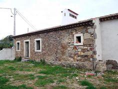 Moradia T2 / Tomar, São Pedro de Tomar - Moradia V2 rústica por acabar composta por: sala cozinha,2 quartos,wc, casa das máquinas,churrasqueira e forno.