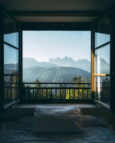 Bedroom with a view of the Dolomites in Italy Schlafzimmer mit Blick auf die Dolomiten in Italien Cool houses