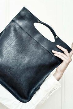 Vielseitige Handtasche, welche gerade, quer über die Schulter sowie auch in der Hand getragen werden kann. Der Schulterbändel ist abnehmbar. Rind, Fashion, Shoulder, Handmade, Handbags, Blue, Leather, Moda, La Mode