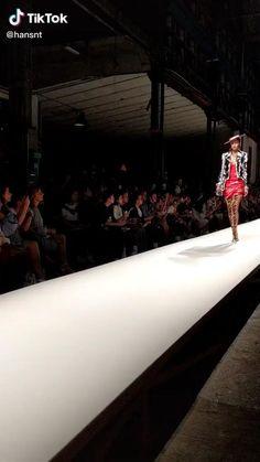 Gif Fashion, Runway Fashion, Fashion Models, Gigi Hadid Walk, Gigi Hadid Style, Gigi Hadid Dresses, Estilo Gigi Hadid, Model Poses Photography, Modeling Tips