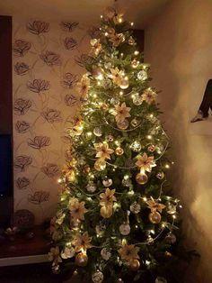 Vánoční stromky ozdobené našimi zákazníky | Svět Stromků Christen, Christmas Tree, Holiday Decor, Home Decor, Tree Structure, Schmuck, Teal Christmas Tree, Decoration Home, Room Decor