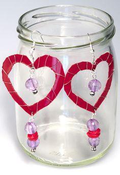 """""""Amore di lillà"""" sono orecchini dallo stile romantico che nascono dalla lavorazione della plastica di una bottiglia. Due grandi cuori con perline trasparenti da indossare per una festa speciale."""