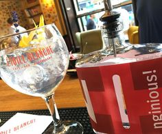 Hummm #imGintonic #jesuisgintonic #SoyGintonic Gin And Tonic, Distillery, Wine Glass, Alcoholic Drinks, Rose, Tableware, Pink, Dinnerware, Alcoholic Beverages