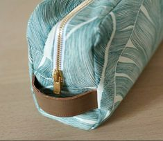 Trendy Bag Handheld toiletry bag seen from the side with the handle . Elsbeth Und Ich, Couture Cuir, Bags 2017, Sewing Leather, Couture Sewing, Easy Sewing Projects, Pouch Bag, Toiletry Bag, Diy Clothes