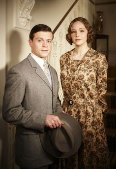 Photo of Hugh & Dot for fans of Miss Fisher's Murder Mysteries. Constable Hugh Collins (Hugo Johnstone-Burt) and Dot (Ashleigh Cummings) of Miss Fisher's Murder Mysteries Hugo Johnstone Burt, Belle Epoque, Downton Abbey, Ashleigh Cummings, Miss Fisher, Mystery Photos, Mystery Show, 1920s Outfits, Retro Mode