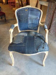 Oude spijkerbroeken, een gezandstraalt stoeltje, beetje handigheid en je hebt een uber-origineel meubelstuk in huis