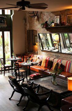 cafe restaurant Sof Ba com mesas e cadeiras. Pub Interior, Cafe Interior Design, Bohemian Interior, Bohemian Design, Cozy Coffee Shop, Coffee Shop Design, Rustic Coffee Shop, Café Design, Design Ideas